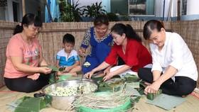 Phụ nữ tham gia gói bánh tét tại chương trình