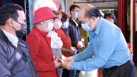 Ông Hồ Xuân Lâm, Phó Chủ tịch Liên đoàn Lao động TPHCM trao quà cho công nhân bệnh hiểm nghèo