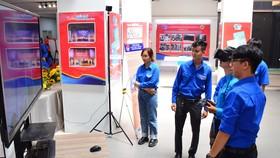 Đoàn viên, thanh niên trải nghiệm thực tế ảo tại triển lãm trong ngày hội thanh niên năm 2021