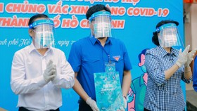 Đồng chí Tô Thị Bích Châu và đồng chí Nguyễn Hữu Hiệp động viên đoàn viên thanh niên trong ngày ra quân