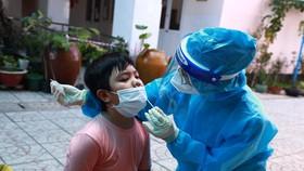 Người dân phường 16 đến lấy mẫu tại Trường THCS Tăng Bạt Hổ