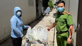 Quà của bà con tỉnh Lâm Đồng được tráo đến người dân khu cách ly tại TPHCM