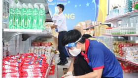 Các tình nguyện viên chọn hàng theo đơn của sinh viên tại các ký túc xá tại kho hàng tại Nhà văn hóa Thanh niên TPHCM