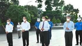 Các đồng chí lãnh đạo TPHCM dâng hương tại Nghĩa trang liệt sĩ TPHCM. Ảnh: VIỆT DŨNG