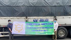 Đại diện Hội đồng hương Sóc Trăng tại TPHCM nhận quà từ chuyến xe nghĩa tình do tỉnh Sóc Trăng gửi tặng