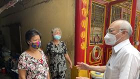 Đồng chí Phan Nguyễn Như Khuê tặng quà, động viên người dân khó khăn trên địa bàn quận 3