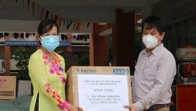 Nhà báo Trần Trọng Dũng tặng quà đến khu thu dung cách ly tại thị trấn Tân Túc
