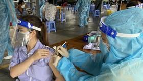 """Công nhân """"3 tại chỗ"""" KCX Tân Thuận được tiêm vaccine Vero Cell sáng 15-8"""