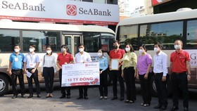 Đại diện Ủy ban MTTQ Việt Nam TPHCM tiếp nhận 10 chiếc xe từ các đơn vị tài trợ
