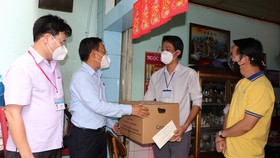 Đồng chí Nguyễn Hữu Hiệp thăm điều dưỡng Phạm Hữu Tài