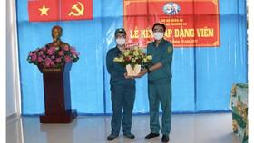 Bí thư Đảng ủy phường 10 Ngô Giang Hoàng Hân chúc mừng đảng viên trẻ Đỗ Tiến Phát