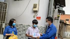 Bí thư Đoàn thành niên Tổng Công ty điện lực TPHCM Huỳnh Tấn Khương trao thiết bị học tập cho trẻ mồ côi tại quận 4