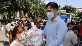 Tặng gạo công nhân khó khăn tại KCX Tân Thuận