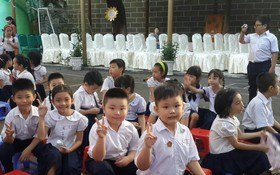 華人子弟佔一半的明道小學學生喜氣洋洋地迎接新學年。