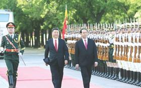 陳大光主席與習近平主席檢閱儀仗隊。(圖源:互聯網)