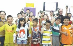老師給學生派粽子。(資料圖:海韻)