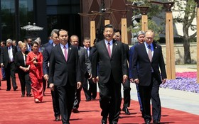 國家主席陳大光(左一)與中國主席習近平及出席論壇的其他國家領導人。