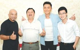 李國威、楊明(左二、三)和導演等合攝。