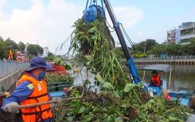 清潔工人在饒祿-氏藝涌上打撈垃圾。