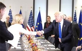 美國總統特朗普(右)與歐盟外交和安全政策高級代表莫蓋里尼握手。(圖源:互聯網)