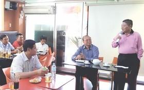 華人企業家杭慰瑤(右一)與高肇力(右二)分享創業經驗。