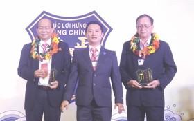 鄒國榮理事長向名譽理事長贈送紀念品。