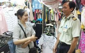 吳氏錦繡商販告知:阮文渥隊長(右)和藹可親,對工作有高度的責任心, 和興街市的商販們都很放心在此經營。