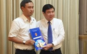市人委會主席阮成鋒向守德郡郡委書記黃清仁頒發市文體廳廳長委任《決定》。