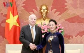 國會主席阮氏金銀在國會大廈接見了由美國參議員、美參議院軍事委員會主席約翰‧麥凱恩。(圖源:VOV)