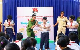 教導孩子武術以便自我防衛。