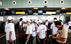 勞工在新山一機場辦理出國手續。(圖源:陶玉石)