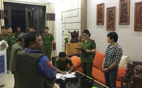 警察在向嫌犯裴氏秋姮宣讀拘留令。(圖源:法律報網)