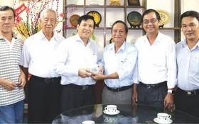 阮玉英主編(左三)接受王永勝理事長移交善款。