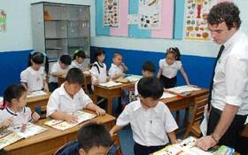 外籍英語教師在明道小學上英語課。(示意圖源:新盛)