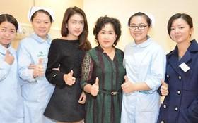 微美(右三)與醫護人員合照。