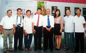 陳傑魯與兒女(左四、五、六)、華人文藝工作者合照。