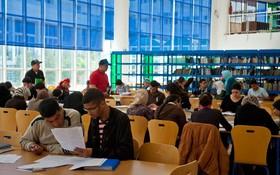 一所大學的圖書館內學習情景。(圖源:Arne Hoel/World Bank)
