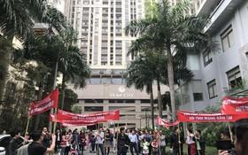 圖為Home City公寓糾紛,居民匯聚高舉橫幅標語抗議。(資料圖來源:互聯網)