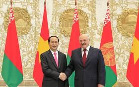 國家主席陳大光與白俄羅斯共和國總統亞歷山大‧盧卡申科合影。(圖源:越通社)