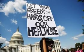美國民眾上週在國會山莊外示威,抗議政府要落實新的醫改法案。(圖源:AFP)