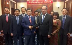 市委書記阮善仁(前右)會見越南三星技術組合總經理沈沅煥(Shim Won Hwan)。(圖源:互聯網)