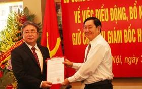 內務部黨幹事處書記、部長黎永新(右)在儀式上,向鄧春歡同志頒授國家行政學院院長職務委任決定。