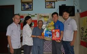 本報工會與共青團代表向顏氏喜大娘敬送禮物。