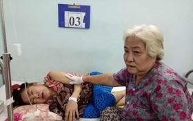 余婆婆守候著患重病的女兒。