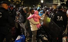法國警方對巴黎市內東北部的移民帳篷營地進行疏散和清除。(圖源:路透社)