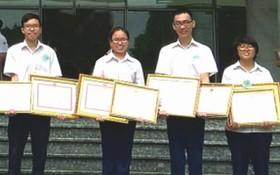 考取國家級中文科優秀生合照。