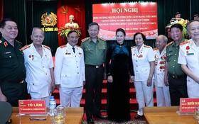 國會主席阮氏金銀(中)、公安部長蘇霖(左四)與代表們在表彰會議上合影留念。(圖源:仲德/越通社)