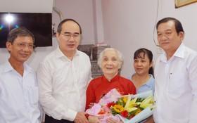 市委書記阮善仁(左二)同本市代表團看望越南英雄母親黎氏革。(圖源:Ng.Nam)