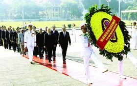 黨與國家領導人晉謁胡志明主席陵。(圖源:越通社)