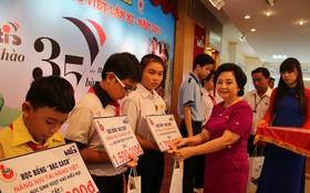 賴謙副董事長頒發獎助學金給學生。